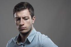 Portrait contrasté intense dramatique du jeune homme d'affaires de renversement regardant en arrière images libres de droits