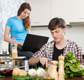 Portrait couple cooking food Royalty Free Stock Photography