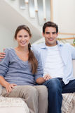 Portrait of a couple sitting on a sofa Royalty Free Stock Photos