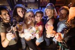 Portrait courbe des amis avec des boissons Images libres de droits