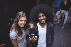 Portrait courbe des amis de sourire Photo stock