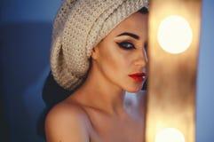 Portrait créatif de modèle dans le studio Style, mode, beauté Jeune femme d'achats jugeant des sacs d'isolement sur le fond de st Images stock