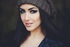 Portrait créatif de modèle dans le studio Style, mode, beauté Jeune femme d'achats jugeant des sacs d'isolement sur le fond de st Photo libre de droits