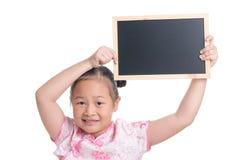 Portrait d'âge mignon d'enfant asiatique de fille 7 ans sur le fond blanc images libres de droits