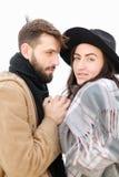 Portrait d'écharpe de port et de chapeau de beaux couples à l'arrière-plan blanc Photos stock