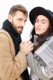 Portrait d'écharpe de port et de chapeau de couples américains à l'arrière-plan blanc Photos libres de droits
