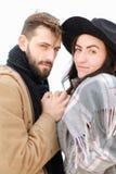 Portrait d'écharpe de port et de chapeau de couples caucasiens à l'arrière-plan blanc Photos libres de droits