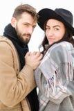 Portrait d'écharpe de port et de chapeau de couples européens à l'arrière-plan blanc Image libre de droits