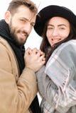 Portrait d'écharpe et de chapeau de port de couples à l'arrière-plan blanc Images libres de droits