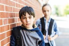 Portrait d'école 10 ans de garçon et fille ayant l'amusement dehors Image stock