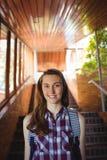 Portrait d'écolière dans le cartable tenant l'escalier proche Photos stock