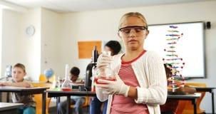 Portrait d'écolière faisant l'expérience chimique dans la salle de classe banque de vidéos