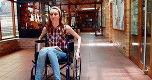 Portrait d'écolière handicapée dans le couloir banque de vidéos