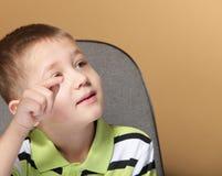 Portrait d'écolier de petit garçon se dirigeant avec le doigt Photos stock
