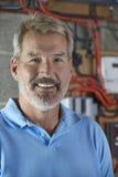 Portrait d'électricien Standing Next To Fuseboard photographie stock libre de droits