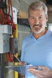 Portrait d'électricien Standing Next To Fuseboard photos libres de droits
