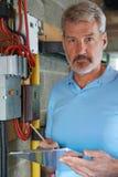 Portrait d'électricien Standing Next To Fuseboard image stock