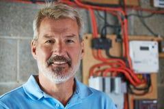 Portrait d'électricien Standing Next To Fuseboard photo stock