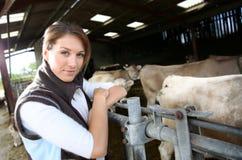 Portrait d'éleveur de femme dans la grange Images stock