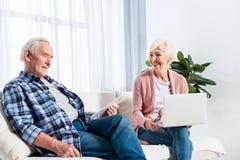 portrait d'épouse et de mari supérieurs à l'aide des dispositifs numériques photo stock