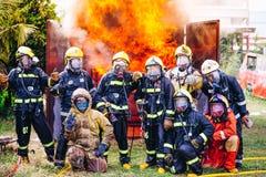 Portrait d'équipe de sapeurs-pompiers dans l'uniforme images libres de droits