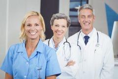 Portrait d'équipe de sourire de docteur Photographie stock libre de droits