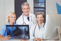 Portrait d'équipe de sourire de docteur avec le rayon X Photos libres de droits