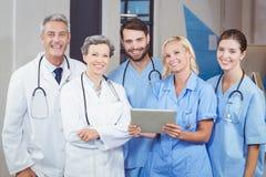 Portrait d'équipe gaie de docteur avec le comprimé numérique image stock