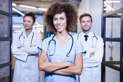Portrait d'équipe médicale se tenant avec des bras croisés Images stock