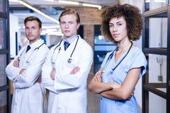 Portrait d'équipe médicale se tenant avec des bras croisés Photo stock