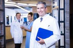 Portrait d'équipe médicale souriant à l'appareil-photo Photos libres de droits