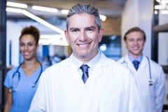 Portrait d'équipe médicale souriant à l'appareil-photo Photographie stock libre de droits