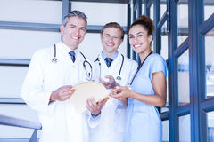 Portrait d'équipe médicale souriant à l'appareil-photo Photo libre de droits