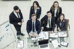 Portrait d'équipe réussie d'affaires près du lieu de travail dans le bureau Image stock