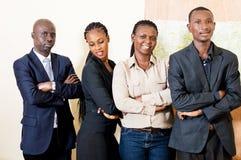 Portrait d'équipe sûre d'affaires dans le bureau photo libre de droits