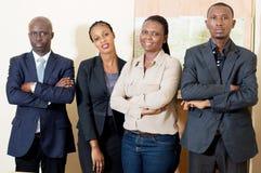 Portrait d'équipe sûre d'affaires dans le bureau photos libres de droits