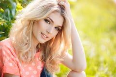 Portrait d'été d'une belle femme Image libre de droits