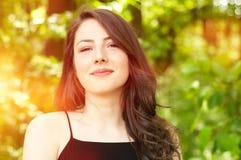 Portrait d'été d'une fille heureuse complètement de soleil Image stock