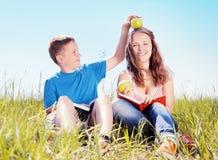 Portrait d'été, enfants avec des pommes Images libres de droits