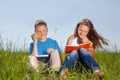 Portrait d'été, enfants avec des pommes Photos libres de droits