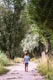 Portrait d'été d'une petite fille sur le trottoir images libres de droits