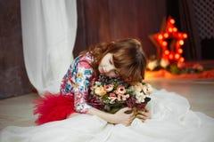 Portrait d'étoile d'actrice de petite fille avec des soffites sur le fond images stock