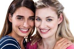 Portrait d'étreindre femelle heureux d'amis Photographie stock