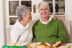 Portrait d'étreindre supérieur heureux de couples Photo stock