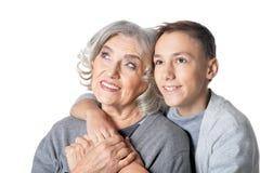 Portrait d'étreinte heureuse de grand-mère et de petit-fils photographie stock