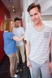 Portrait d'étudiant de sourire avec des amis derrière lui Photographie stock libre de droits