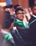 Portrait d'étudiant de troisième cycle dans la robe sur la cérémonie  photos libres de droits