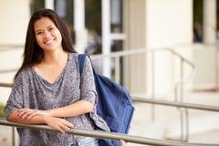 Portrait d'étudiant féminin Outdoors de lycée image libre de droits
