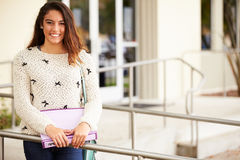 Portrait d'étudiant féminin Outdoors de lycée photos libres de droits
