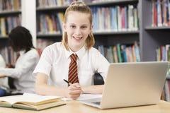 Portrait d'étudiant féminin Wearing Uniform Working A de lycée photographie stock